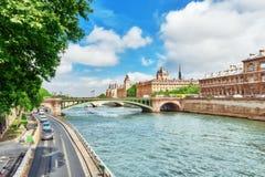 Rivière la Seine, enregistrement du tribunal de commerce et du pont o de Paris photos stock