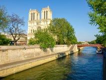 Rivière la Seine et façade occidentale de Notre-Dame de Paris Image libre de droits