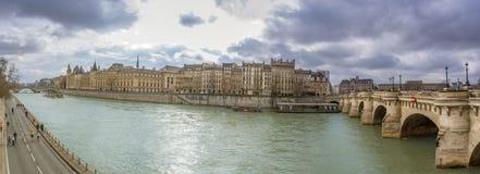 Rivière la Seine et Pont Neuf de Paris Photographie stock libre de droits