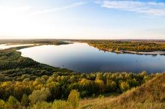 Rivière large de la taille de l'automne photographie stock libre de droits