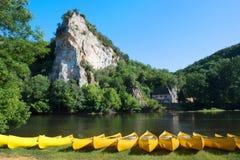 Rivière le Dordogne avec des canoës pour le loyer photos stock