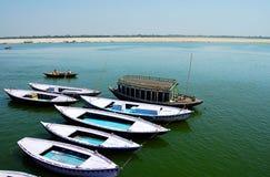 Rivière le Gange de plusieurs bateaux-le photographie stock libre de droits
