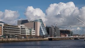 Rivière Liffey à Dublin, en Irlande avec le centre de convention et Samuel Beckett Bridge photos libres de droits
