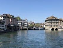 Rivi?re Limmat apr?s le lac Zurich dans la ville de Zurich photographie stock libre de droits