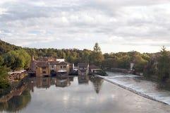 Rivière Mincio et le village de Borghetto Image stock