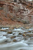 Rivière mobile en canyon rouge de roche, Zion National Park, Utah Images stock