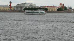 Rivière Neva, broche d'île de Vasilevsky St Petersburg, Russie banque de vidéos