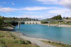 Rivière Nouvelle-Zélande de Tekapo de passerelle et de barrage Photo stock