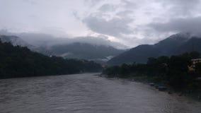 Rivière, nuages et nuages impressionnants de vues Photographie stock