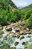 Rivière orageuse de montagne photo stock