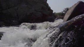 Rivière orageuse en Inde banque de vidéos