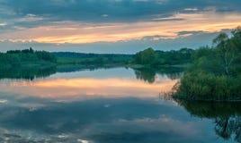 Rivière, ozerna, ruza, baisse, soirée, coucher du soleil photographie stock