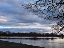 Rivière Pakalne et beau ciel nuageux, Lithuanie Photo libre de droits