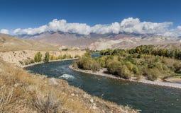 Rivière par le paysage montagneux du Kirghizistan image libre de droits