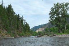 Rivière par les montagnes Photographie stock
