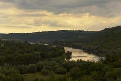 Rivière parmi les collines Images libres de droits