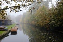 Rivière pendant l'automne à Cambridge pendant le brouillard photographie stock libre de droits
