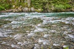 Rivière rapide et belle nature de Norvège Photographie stock libre de droits