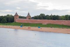Rivière redbrick de temps de jour de murs de forteresse de Novgorod Kremlin image libre de droits
