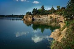 Rivière rocheuse avec des arbres de vert de pin Photographie stock