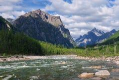 Rivière Sakukan moyen en montagnes de Kodar Photographie stock