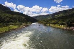 Rivière se précipitant la vallée verte Photographie stock libre de droits