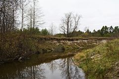 Rivière Serezha pendant le mi-automne Images stock