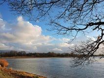 Rivière Skirvyte et beau ciel nuageux, Lithuanie Photo libre de droits