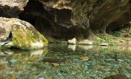 Rivière sortant de la caverne Photographie stock