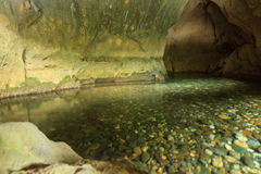 Rivière sortant de la caverne Photo stock