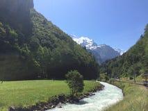 Rivière suisse d'Alpes Photo libre de droits