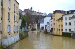 Rivière sur la ville inférieure du Luxembourg Photos libres de droits