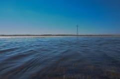 Rivière sur le fond des lignes électriques Photo libre de droits