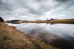Rivière tôt de ressort et ciel nuageux Photographie stock