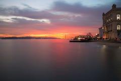 Rivière Tejo de LISBONNE dans le coucher du soleil Photo libre de droits