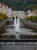 Rivière Tepla et bâtiments colorés typiques de terrasse dans la République Tchèque de Karlovy Vary photos libres de droits