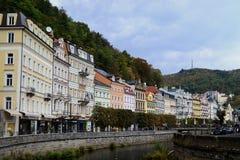 Rivière Tepla et bâtiments colorés typiques de terrasse dans la République Tchèque de Karlovy Vary photographie stock libre de droits