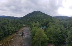 Rivière tranquille parmi la forêt de montagne photographie stock