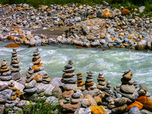 Rivière traversant des pierres images stock