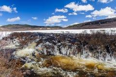 Rivière turbulente en montagnes d'Altai Images libres de droits