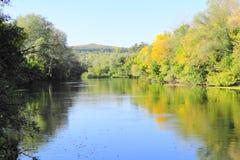 Rivière un jour ensoleillé d'automne Image stock