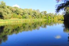Rivière un jour ensoleillé d'automne Photo stock