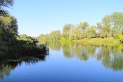 Rivière un jour ensoleillé d'automne Photos stock