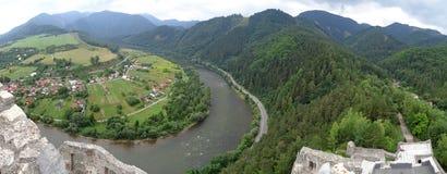 Rivière Vah près de Strecno, Slovaquie Photos stock