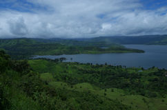 Rivière, verdure et les nuages Images libres de droits