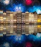 Rivière, vieilles maisons traditionnelles et bateaux, Amsterdam photos stock