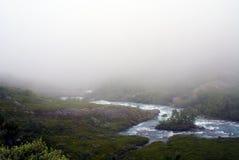 Rivi?re dans les montagnes captur?es pendant le brouillard Paysage montagneux de la Norv?ge images libres de droits