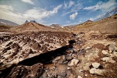 Rivi?re en pierre sur le fond d'un volcan ?teint Les volcans du Kamtchatka fascinent Leur myst?re attire beaucoup photo libre de droits
