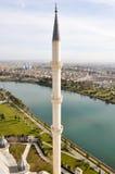 Rivier, aard en de minaret stock foto's