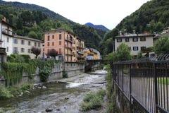 Rivier Adda door Morbegno, Morbend in de provincie van Sondrio in Italië royalty-vrije stock foto